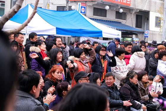 2013년 경기도 안산에서 열렸던 고려인 문화축제장에 모인 고려인들이 즐거운 시간을 보내고 있다. [사진 (사)너머]