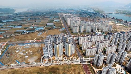 아파트가 속속 들어서고 있는 부산 강서구 명지신도시 개발현장. 송봉근 기자