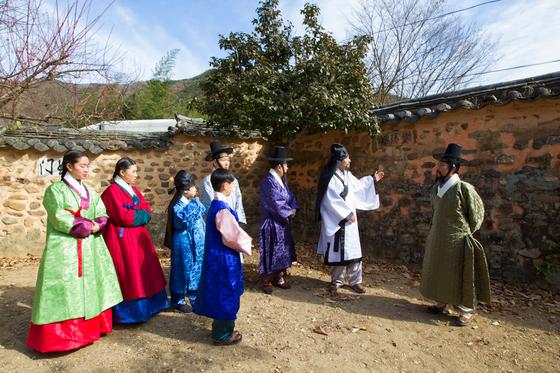'소쇄처사 양산보와 함께 걷는 소쇄원'에 참여한 연기자와 참가자들이 한국 정원의 원형으로 꼽히는 소쇄원을 돌며 조선시대 선비들의 풍류를 체험하고 있다. [사진 ㈔전라도지오그래픽]
