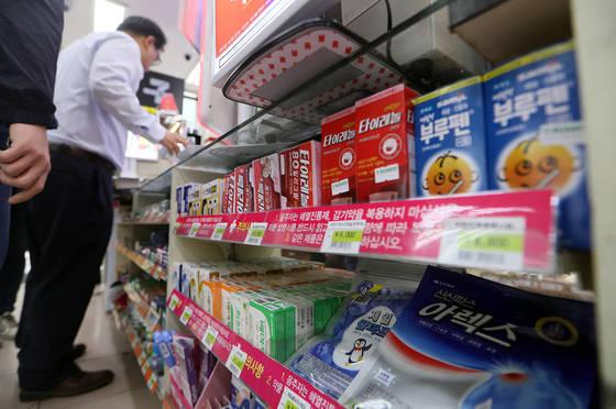 편의점에 판매 중인 안전상비의약품. 약사회 간부가 '안전성'을 이유로 안전상비의약품 품목 조정에 반대하면서 자해 시도를 했다. [연합뉴스]