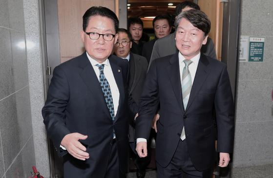 안철수 국민의당 대표가 6일 서울 여의도 국회 의원회관에서 열린 국민의당 평화개혁연대 주최 '국민의당 정체성 확립을 위한 평화개혁세력의 진로와 과제' 토론회에서 통합을 반대하는 당원들의 거친 항의에 박지원 의원의 도움을 받으며 황급히 회의장을 빠져나가고 있다. [뉴스1]