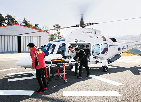 충남 지역의 닥터헬기가 환자를 이송하고 있다. 닥터헬기는 밤에 날지 못하는데도 여야가 내년에 1대 늘리기로 확정했다. [뉴스1]