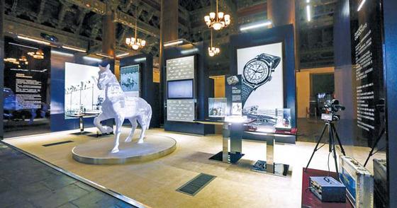 베이징 태묘 안에 꾸려진 시계 박물관. 1832년 시작한 론진의 역사를 엿볼 수 있도록 다양한 초기 제품들이 선보였다. 오른편 계측 기기는 1949년에 만든 크로노카메라(타이밍 장비와 카메라를 결합한 시스템).