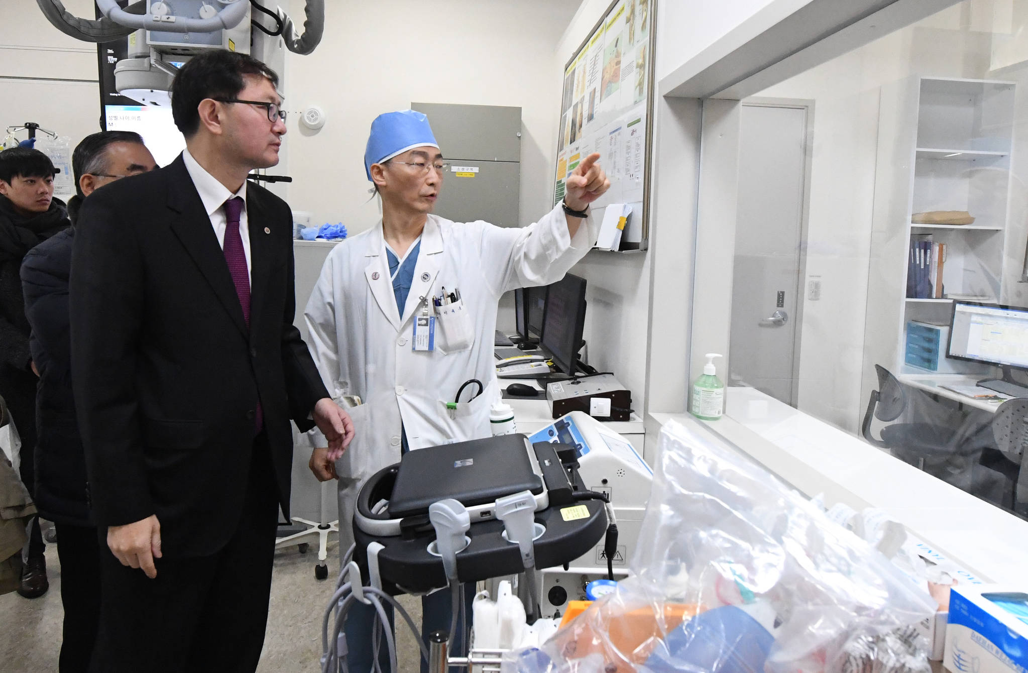아주대병원 이국종 권역외상센터장(오른쪽)이 추무진 의사협회 회장(왼쪽)에게 외상센터 소생술을 설명하고 있다.[사진 의사협회]