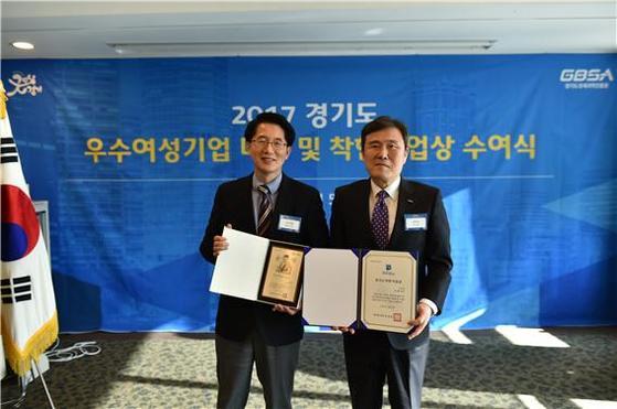 왼쪽부터 이롬의 김종균 대표이사와 경기도경제과학진흥원 한의녕 원장.