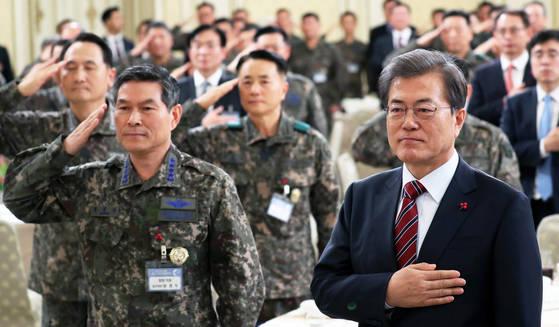 문재인 대통령이 8일 오후 청와대 영빈관에서 열린 전군 주요지휘관 격려 오찬에서 군 지휘관들과 함께 국기에 경례하고 있다. 왼쪽은 정경두 합참의장. 청와대 사진기자단