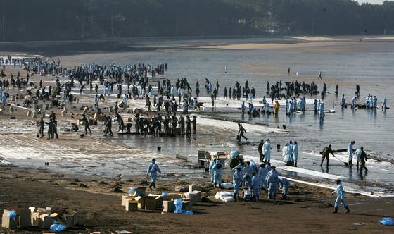 2007년 12월 사고 당시 방제 모습. [중앙포토]