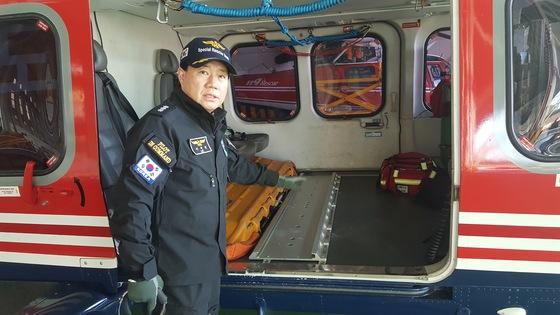 경기도재난안전본부 특수대응단의 이세형 항공1팀장(소방령)이 구급헬기 내부를 설명하고 있다. 최모란 기자