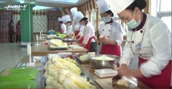 노동신문은 지난 1일 평양시의 봉사기관들과 가정주부들의 김치경연이 11월 17일부터 30일까지 열렸다고 전했다. [사진 우리민족끼리캡처]