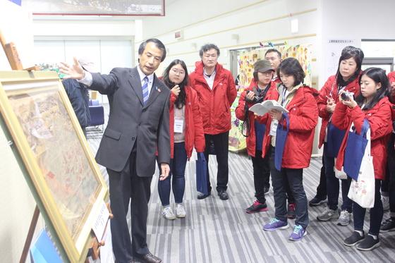 지난달 29일 일본 야마구치현 가미노세키 종합문화센터에서 ' 통신사선 상관 내항도'를 설명하고 있다. [사진 국립해양박물관]