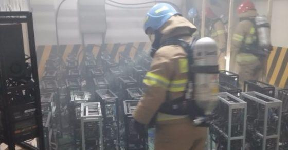 8일 오후 강원도의 한 모텔 지하 주차장에 설치된 비트코인 채굴장에서 화재가 발생했다. [사진 강원소방본부]