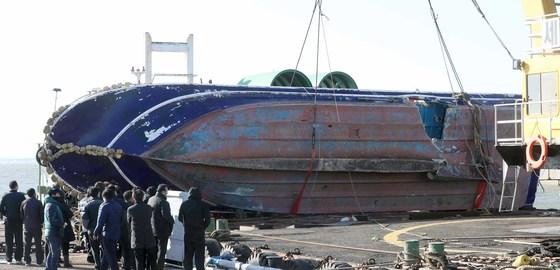 희생자의 유가족들이 4일 인천해양경찰서 전용부두에서 부서진 선창1호를 보고 있다. [오종택 기자]