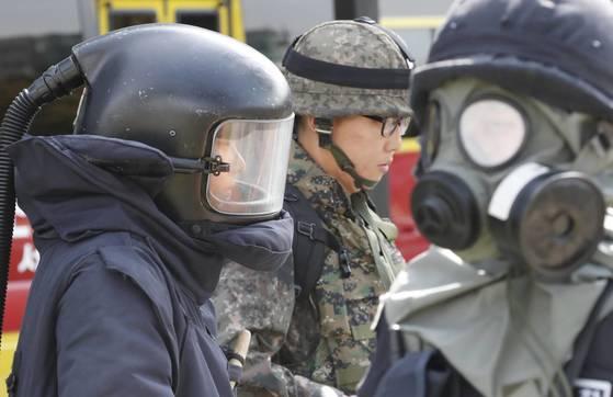 지난 9월 26일 열린 도심 통합민방위 훈련에서 적 포격 도발에 따른 대응 훈련을 하고 있다. [연합뉴스]