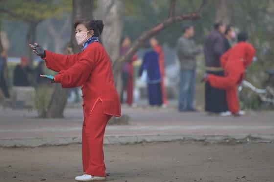 공기오염이 심한 것으로 여겨지는 지역 중 한 곳인 중국 동북지역인 선양에서 여성이 마스크를 끼고 전통 체조를 하고 있다. [출처: 이매진 차이나]