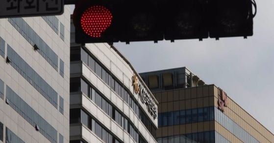 KB금융지주 회장의 연임 찬반 설문조사 조작 의혹과 관련 경찰이 서울 여의도 본사를 또다시 압수수색했다. [중앙포토]