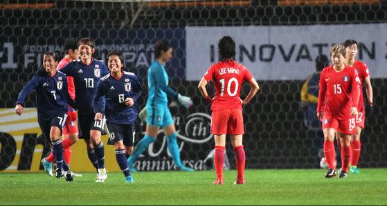 일본에게 두번째 골 허용   (지바<일본>=연합뉴스) 김주성 기자 = 8일 오후 일본 지바현 소가스포츠파크에서 열린 '2017 동아시아축구연맹(EAFF) E-1 챔피언십 여자 축구대표팀 한일전. 일본의 나카지마 에미에게 골을 허용한 한국 선수들이 아쉬워하고 있다. 2017.12.8   utzza@yna.co.kr/2017-12-08 20:30:46/ <저작권자 ⓒ 1980-2017 ㈜연합뉴스. 무단 전재 재배포 금지.>