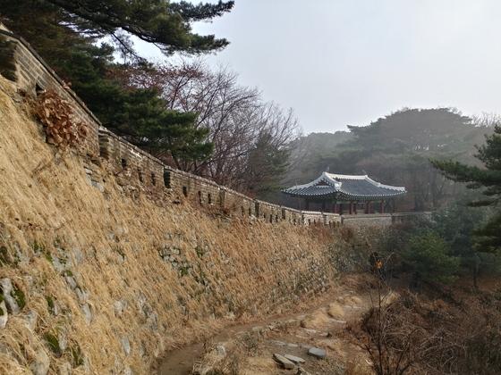 요새로 평가받는 남한산성은 적의 침입을 막기 위해 성벽을 가파르게 쌓았다. [김민욱 기자]