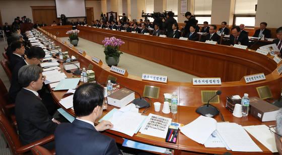 8일 오전 서울 서초동 대법원에서 열린 전국 법원장 회의에서 참석자들이 김명수 대법원장의 인사말을 듣고 있다. [연합뉴스]