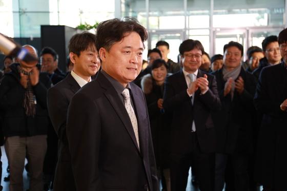 최승호 MBC 사장이 8일 서울 마포구 MBC 사옥으로 출근하며 노조원들의 박수를 받고 있다.[MBC 노조 제공=뉴스1]