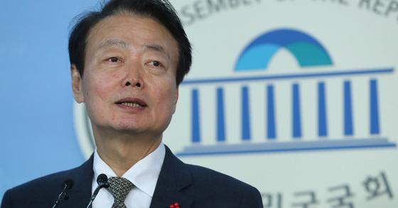 한선교 자유한국당 의원이 28일 오후 서울 여의도 국회 정론관에서 원내대표 경선 출마 기자회견을 하고 있다. [뉴스1]