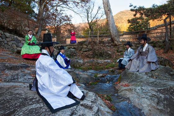 '양산보와 함께 걷는 소쇄원' 프로그램에 참여한 연기자와 참가자들이 한국 정원의 원형으로 꼽히는 전남 담양의 소쇄원을 돌며 조선시대 선비들의 풍류를 체험하고 있다. [사진 ㈔전라도지오그래픽]