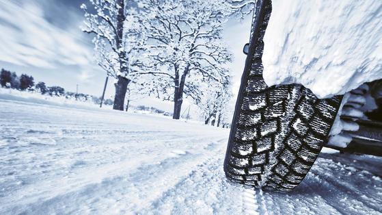 겨울용 타이어는 사계절 타이어와 달리 바닥면 홈이 촘촘하다. 눈이나 빙판에서 노면을 움켜쥐는 능력을 키우기 위해서다. 노면에 타이어를 확실하게 밀착시키려 부드러운 고무 재질을 사용한다. [사진 브리지스톤]