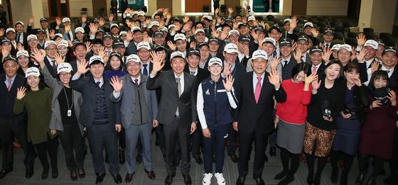 8일 하나금융그룹 초청 토크콘서트에 참석한 박성현(가운데)이 팬클럽 참석자들과 인사를 하고 있다. [사진 하나금융그룹]