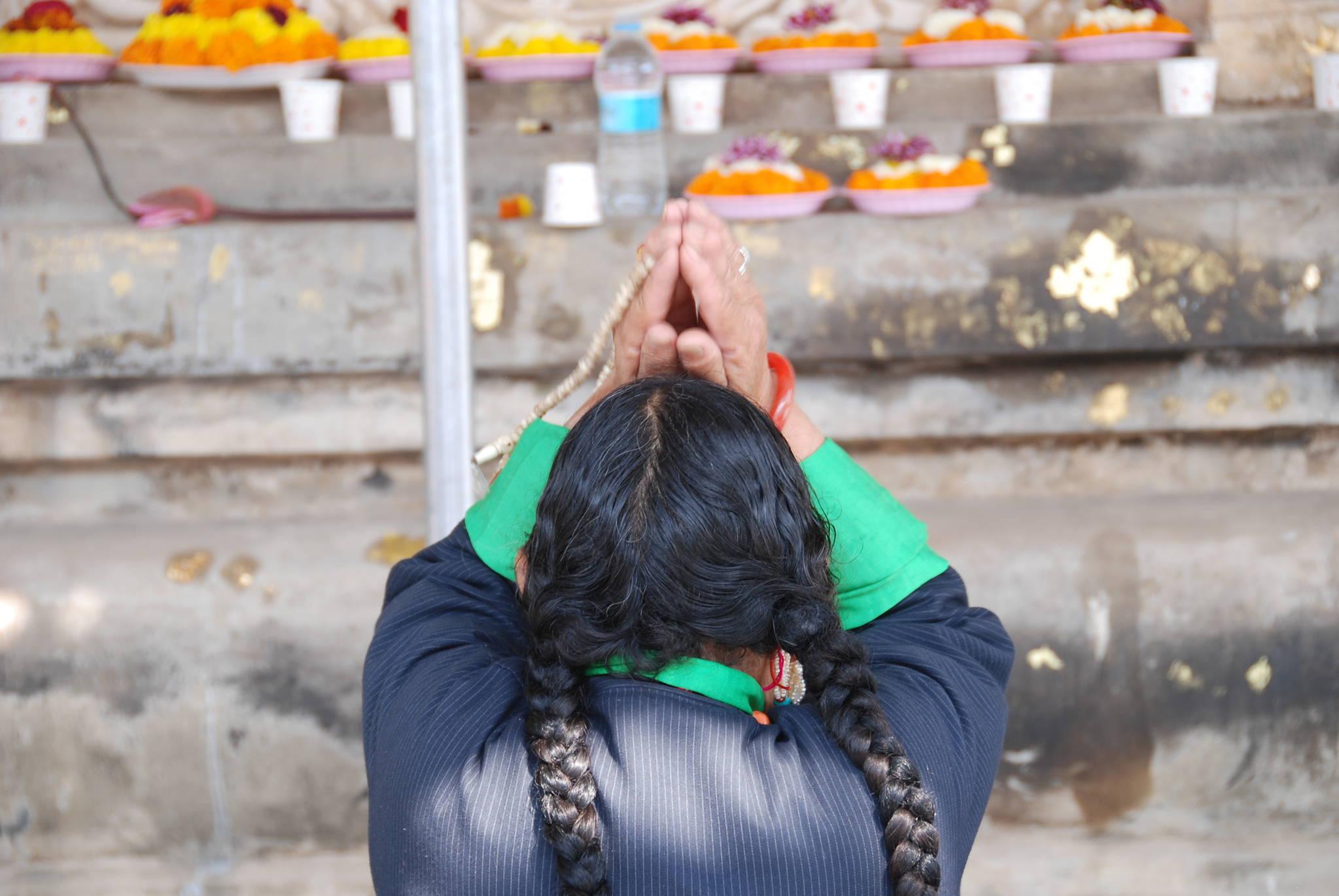 붓다가 깨달음을 이룬 보리수 앞에서 티베트 순례객이 두 손을 머리 위로 모은 채 기도를 하고 있다. 백성호 기자