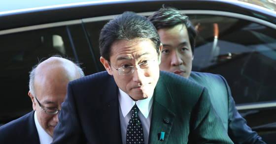 기시다 후미오 일본 외무상이 지난 2015년 12월 28일 한일외교장관 회담을 위해 서울 도렴동 외교부 청사에 들어서고 있다. [중앙포토]