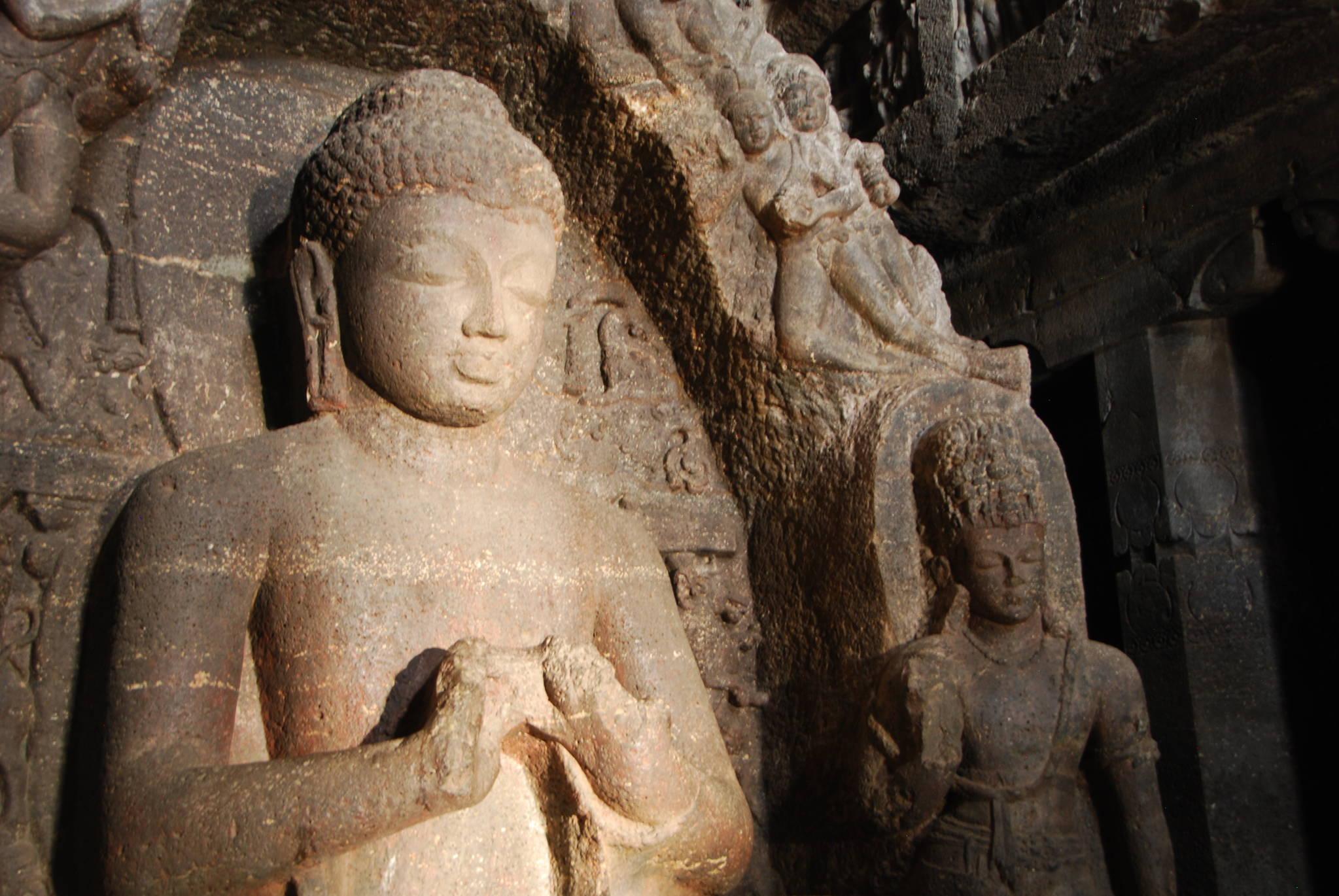 인도 엘로라 석굴에 있는 붓다의 조각상. 붓다의 얼굴에 햇볕이 들어오자 생기가 돌았다. 백성호 기자