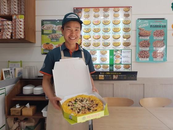 김병진 피자마루 세종 가재마을 점장이 8일 오전 기획재정부에 납품했던 피자를 소개하고 있다. 최종권 기자