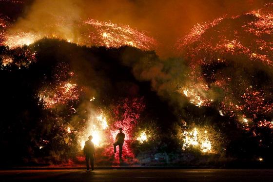 잡히지 않는 미국 산불