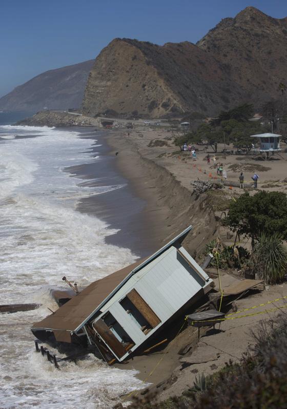 허리케인이 몰고 온 높은 파도로 인해 부서지고 뒤집힌 캘리포니아 해안경비초소. [로이터=연합뉴스]