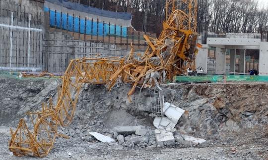 휘어진 채 넘어져 있는 타워크레인. [연합뉴스]