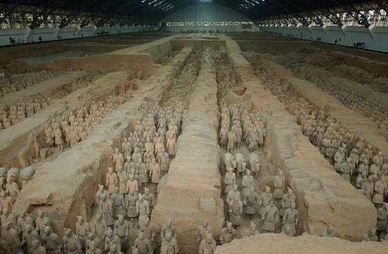 중국 최초 통일왕조인 진(秦)나라 시황제의 무덤에서 발굴된 병마용의 모습. [중앙포토]