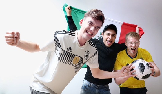 """러시아 월드컵 F조에서 한국과 맞붙는 독일·멕시코·스웨덴의 젊은이들이 모여 축구 이야기를 나눴다. 독일의 닉, 멕시코의 크리스티안과 스웨덴의 요아킴(왼쪽부터)은 모두 '한국을 이길 것""""이라고 말하면서도 '손흥민을 조심해야 한다""""고 했다. [우상조 기자]"""