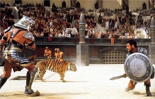 글라디우스 단검과 방패를 들고 싸우고 있는 검투사의 모습. [영화 글래디에이터]