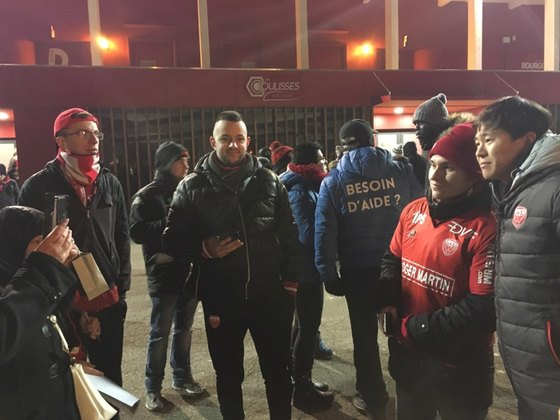 권창훈(오른쪽)은 프랑스 디종 팬들에게 큰 사랑을 받고 있다. 경기가 끝나면 사진촬영과 사인 요청이 쇄도한다. [사진 디종]