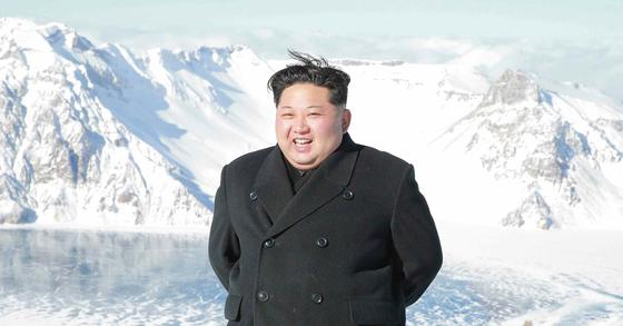 북한 김정은 노동당 위원장이 최룡해 당 부위원장 등과 함께 백두산에 올랐다고 노동신문이 9일 전했다. [연합뉴스]