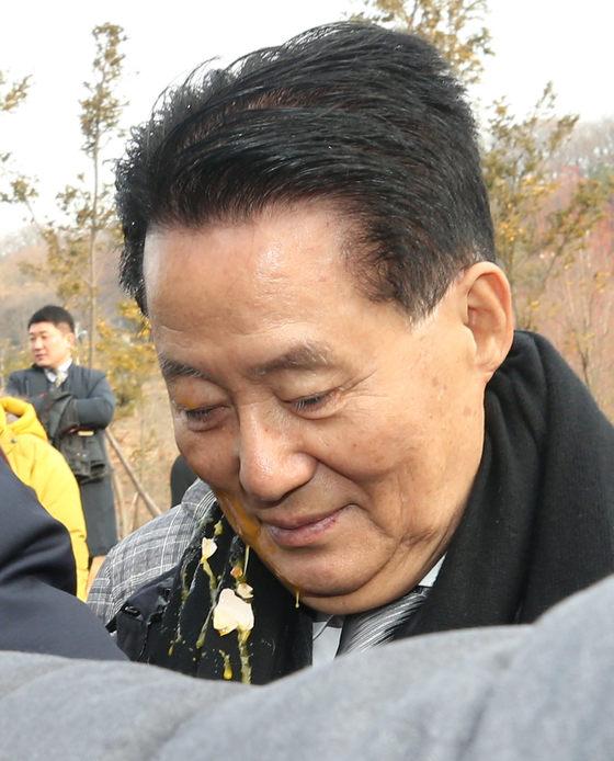 국민의당 박지원 전 대표가 10일 오전 지역구인 전남 목포 김대중노벨평화상기념관에서 열린 김대중 마라톤대회에서 참석자가 던진 계란을 맞고 씁쓸한 표정을 짓고 있다. [연합뉴스]