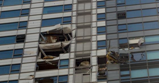 LG전자 소속 헬기가 서울 삼성동 아이파크 아파트에 부딪혀 추락했다. 이 사고로 기장과 부기장 2명이 사망했다. 부딪힌 아파트 모습. 강정현 기자