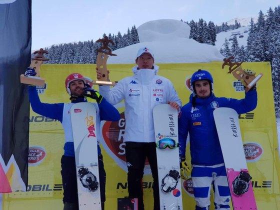 스노보드 국가대표 이상호(가운데)가 10일 FIS 스노보드 유로파컵에서 우승한 직후 시상대 맨 위에 서서 포즈를 취하고 있다. [사진 대한스키협회]