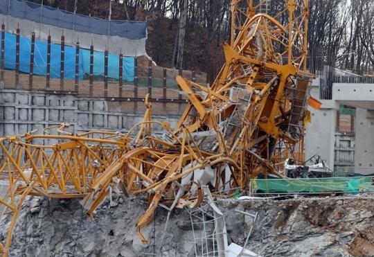 경기도 용인서 휘어진 채 넘어져 있는 타워크레인. 3명이 숨지고 4명이 다쳤다. [연합뉴스]