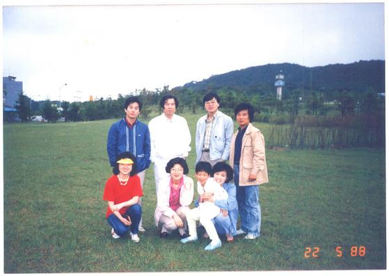 남대문합동법률사무소의 1988년 야유회 목습. 가운데 조영래 변호사(왼쪽)와 김선수 변호사(오른쪽)가 보인다. [사진 김선수 변호사]