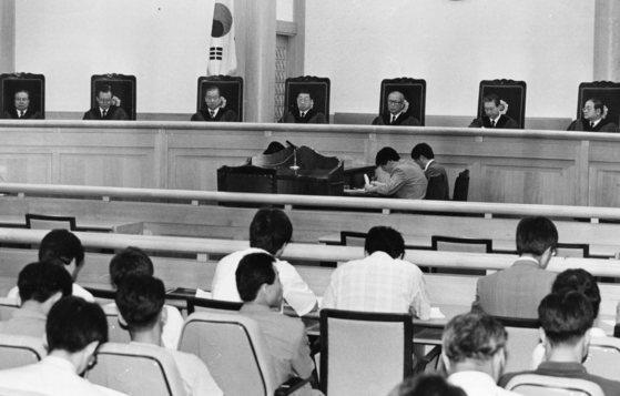 1993년 7월 헌법재판소 이시윤 재판관(右)이 전두환 정부의 국제그룹 해체는 위헌이라는 내용의 결정문을 낭독하고 있다. [중앙포토]