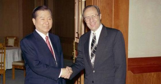 1999년 3월 9일 청와대에서 김대중 전 대통령이 윌리엄 페리 당시 미국 대북정책조정관을 만나고 있다. [사진 e영상역사관]