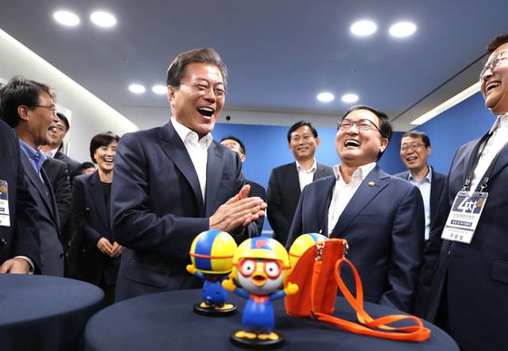 문재인 대통령이 2017년 10월 11일 오후 서울 마포구 에스플렉스센터에서 열린 4차산업혁명위원회 출범 및 제1차회의에 앞서 음성인식이 가능한 인공지능 캐릭터로봇 '뽀로봇'과 대화하며 밝게 웃고 있다. 청와대사진기자단