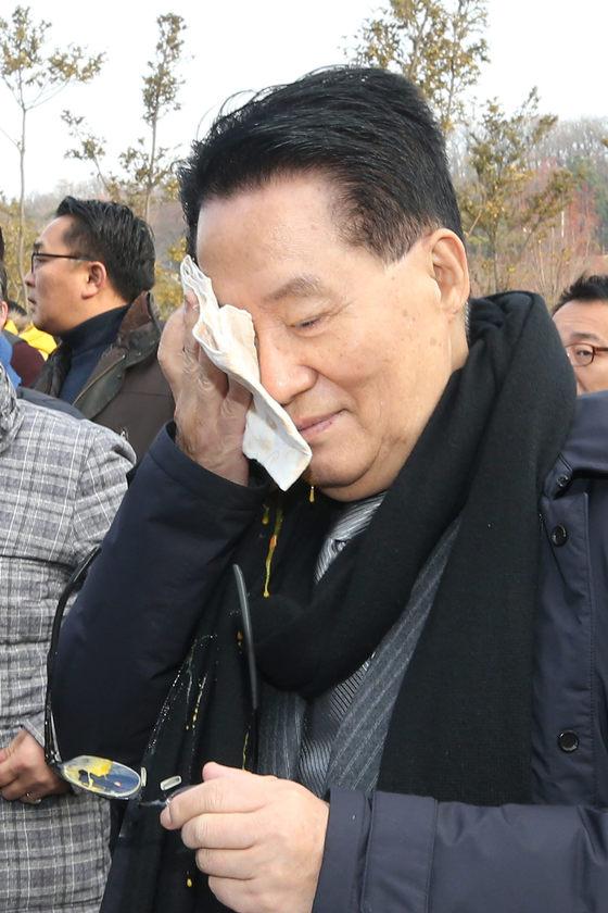 국민의당 박지원 전 대표가 10일 오전 지역구인 전남 목포 김대중노벨평화상기념관에서 열린 김대중 마라톤대회에서 참석자가 던진 계란을 맞고 얼굴을 닦고 있다. [연합뉴스]