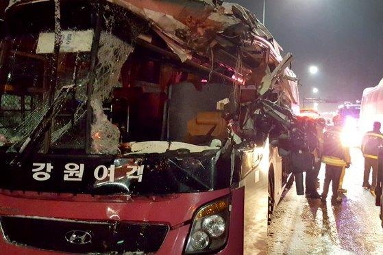 10일 오후 5시45분쯤 강원 평창군 횡계리 영동고속도로 강릉 방향 215㎞지점 대관령 1터널 부근에서 제설차량과 시외버스가 충돌해 구조대원들이 구조작업을 벌이고 있다. [뉴스1]