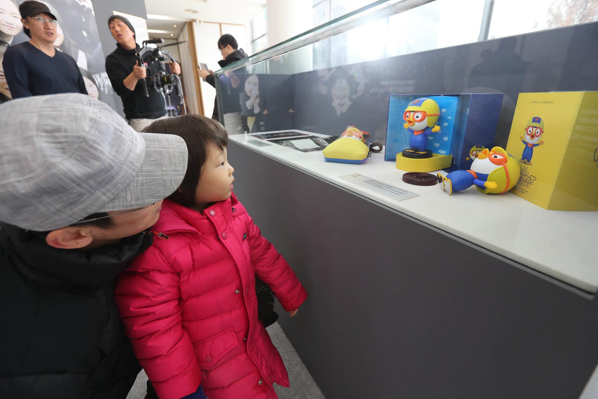 전시장을 찾은 아버지와 딸이 전시된 '뽀로봇'을 보고 있다. 신인섭 기자